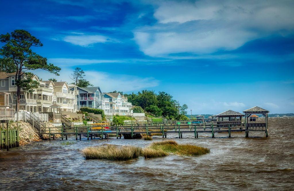 Il genere di appartenenza della serie tv Outer Banks è quello dello Young Adult, e la sua peculiarità è la location suggestiva. La serie, tuttavia, non è stata girata completamente nelle affascinanti barrier island, la striscia di sabbia che caratterizza la costa settentrionale atlantica del North Carolina.