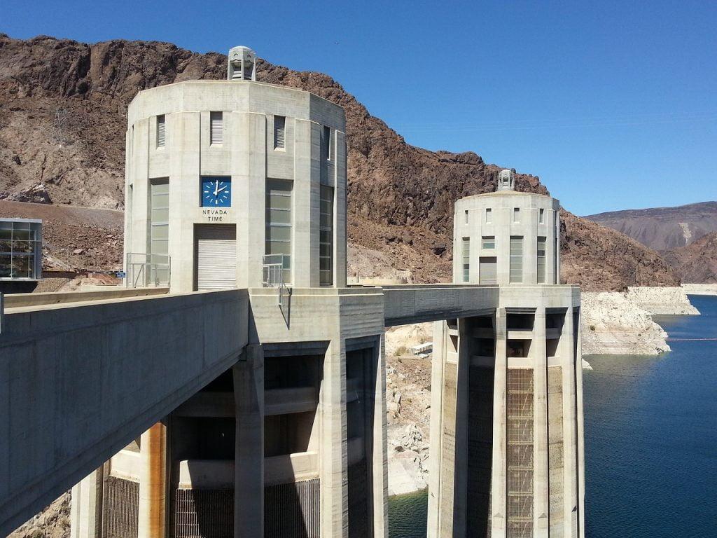 Gli orologi della diga di Hoover segnano due fusi orari differenti.
