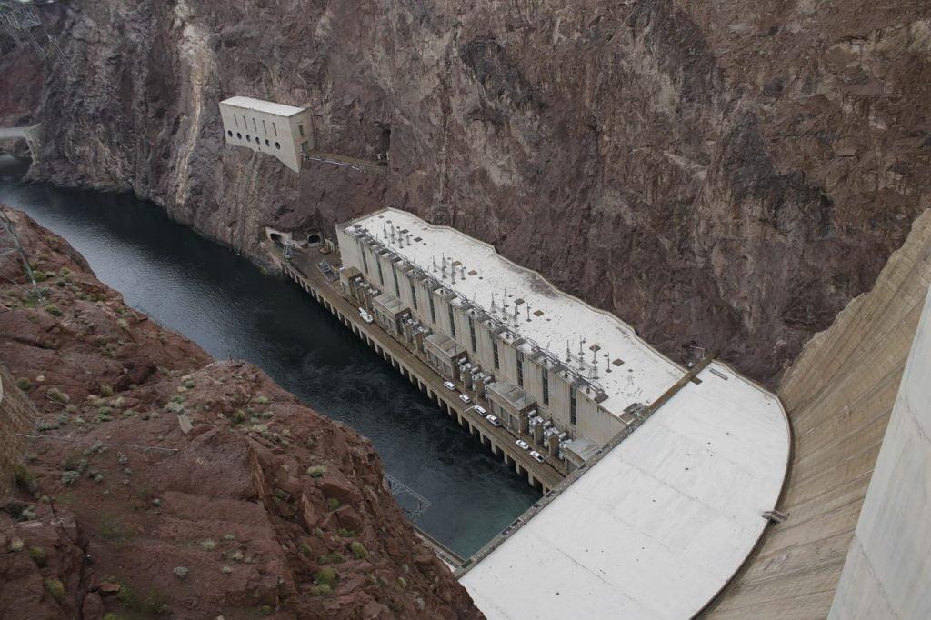 Una volta arrivato alla diga di Hoover, affacciati dal ponte. Capirai quanto sia imponente questa struttura.