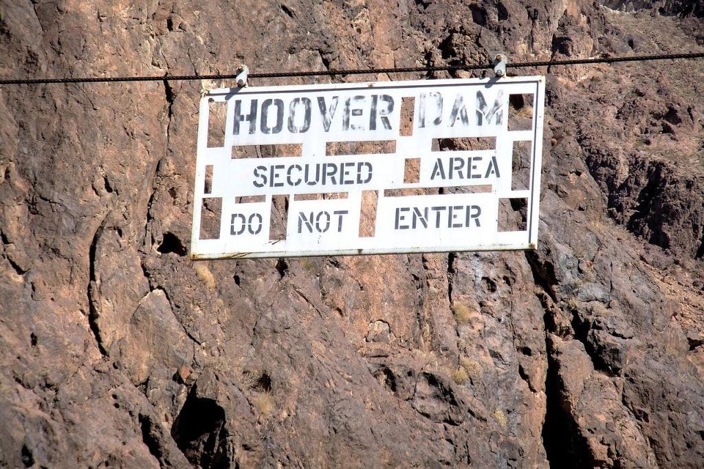 Dopo gli attentati dell'11 settembre Si sono intensificati i controlli per l'accesso alla diga di Hoover, ritenuta un punto molto appetibile per gli attentatori.