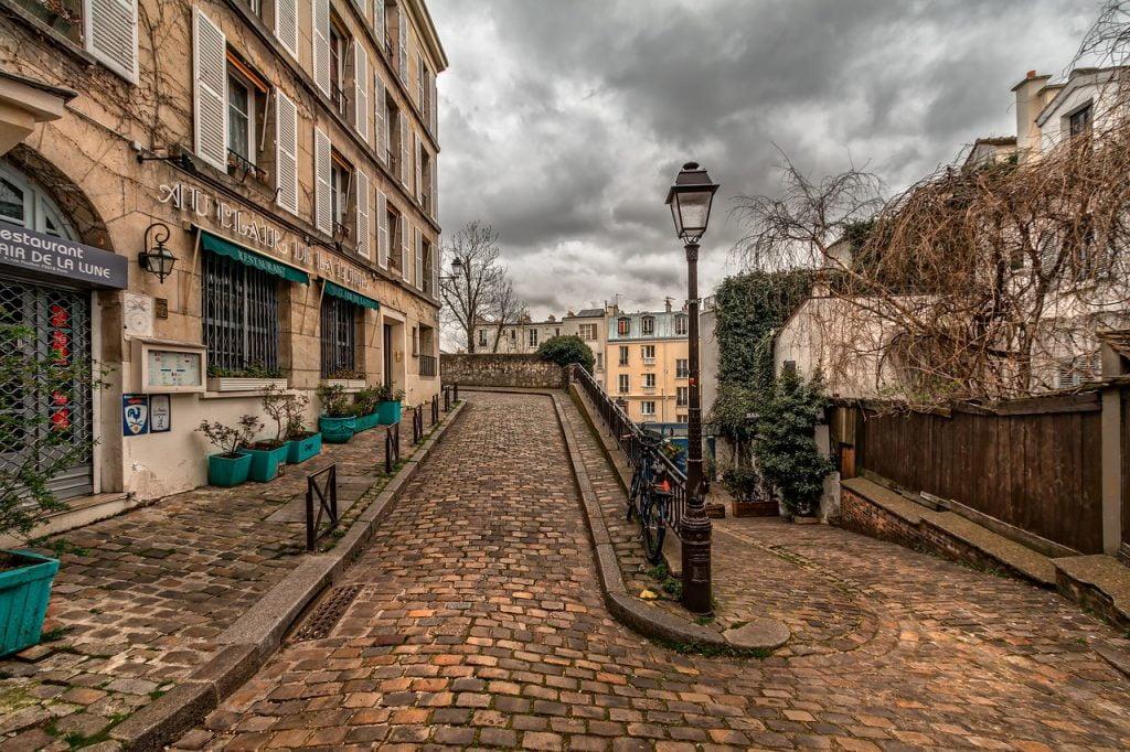 Emily in Paris è una serie tv targata Netflix che ci da la possibilità di sognare una spensierata vacanza nei luoghi più belli di Parigi.