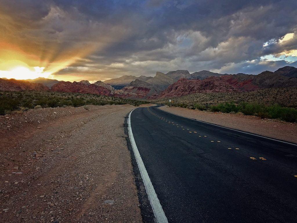 La strada che porta da Los Angeles a Las Vegas attraversa il deserto del Nevada. Anche se desertica, è molto trafficata, soprattutto da tir che portano rifornimenti.