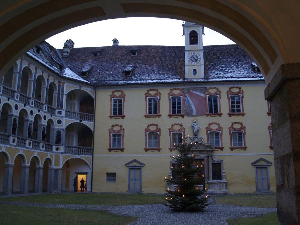 Sulla Piazza Palazzo Vescovile, adiacente a Piazza Duomo, si trova l'antica residenza dei vescovi principi conosciuta anche come Hofburg. Una tappa immancabile durante una visita a Bressanone.