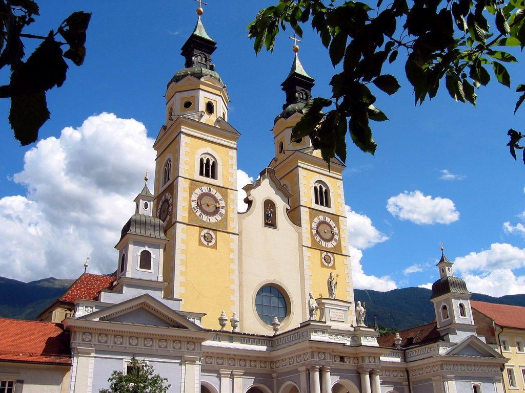 Il Duomo Si Santa Maria assunta e San Cassiano Si trova nel centro storico di Bressanone, ed è il simbolo della città.