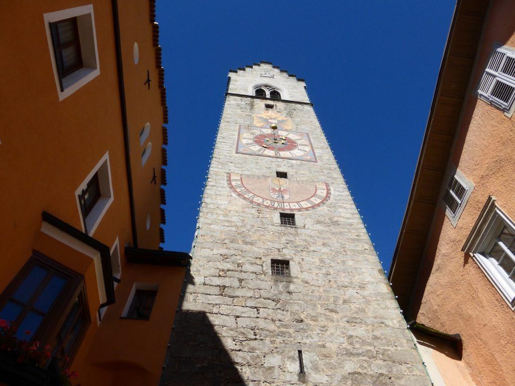 La Torre dei Dodici Si erge nel centro della cittadina di VIpiteno, segnando il confine tra la zona vecchia e la zona nuova,