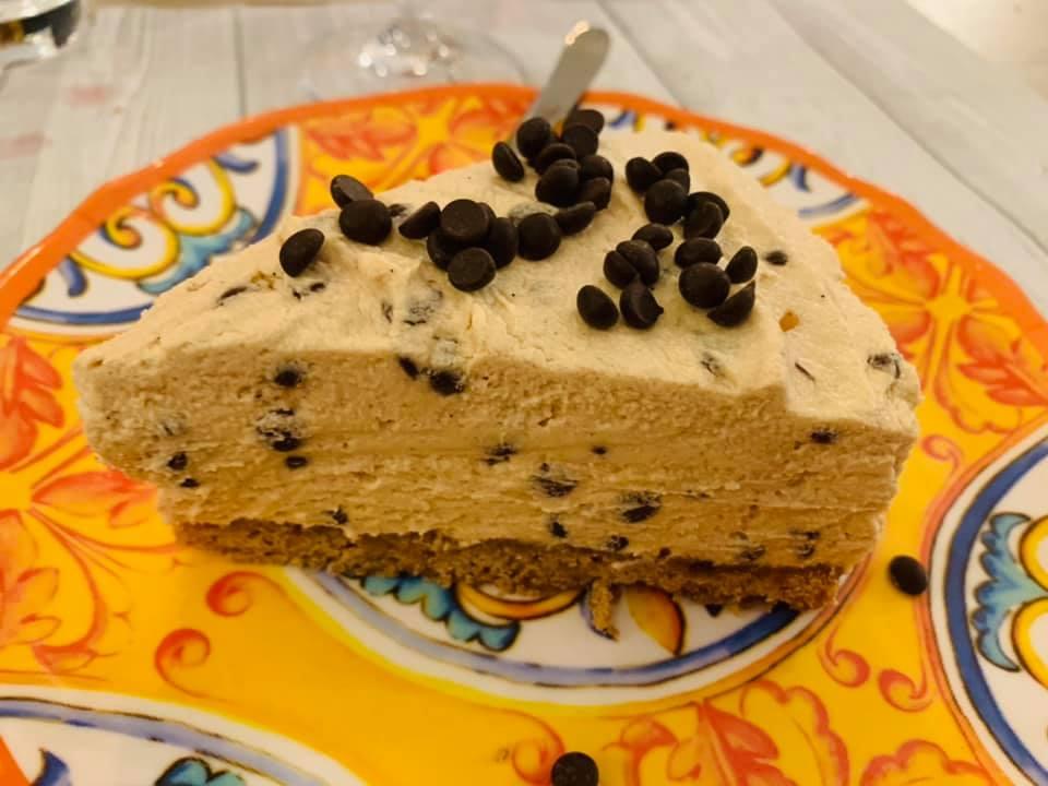 Uno strato pazzesco di morbida crema al gusto di burro di arachidi su una base di biscotto croccante. Solo da Scirocco Bistrot la cucina americana prende vita nelle sue varianti più famose.