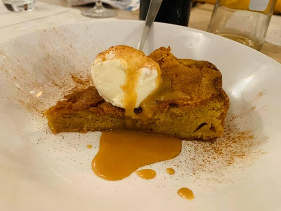 Bellissima da vedere e buonissima da mangiare. La cinnamon apple brownies ha stupito tutti con il suo gusto deciso e delicato al tempo stesso.