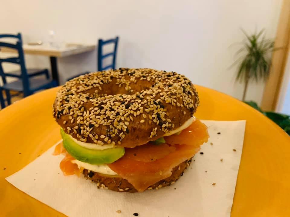 Il bagel con salmone e philadelphia è un grande classico dello street food newyorkese, abilmente ripreso da Scirocco Bistrot per il venerdi dedicato ai piatti tipici americani.
