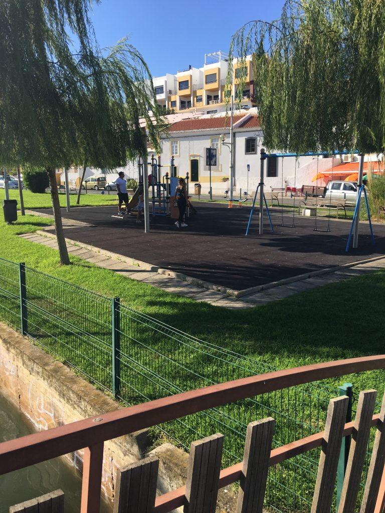 Ferragudo è piccola, ma curatissima. Gli abitanti sono molto accoglienti, e c'è anche un piccolo parco giochi per i bambini all'ingresso della cittadina.
