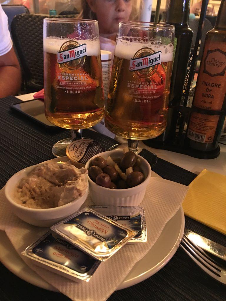 Gli antipastini tipici portoghesi vengono serviti a tavola senza essere richiesti, ma non sono un simpatico omaggio. Se li mangi li trovi nel conto.