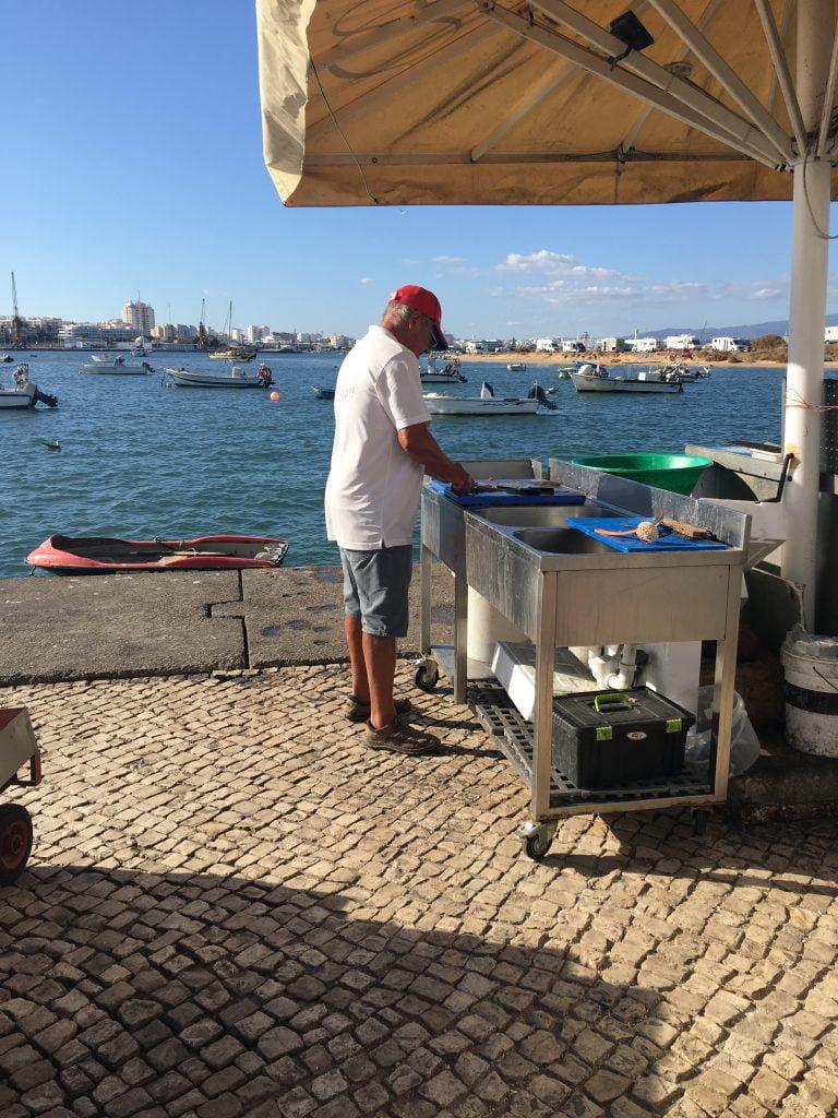 Ferragudo vive di pesca e di turismo, soprattutto in estate. Prorpio per questo puoi trovare pesce fresco nei piccoli ristoranti del borgo, portato direttamente dai pescherecci.
