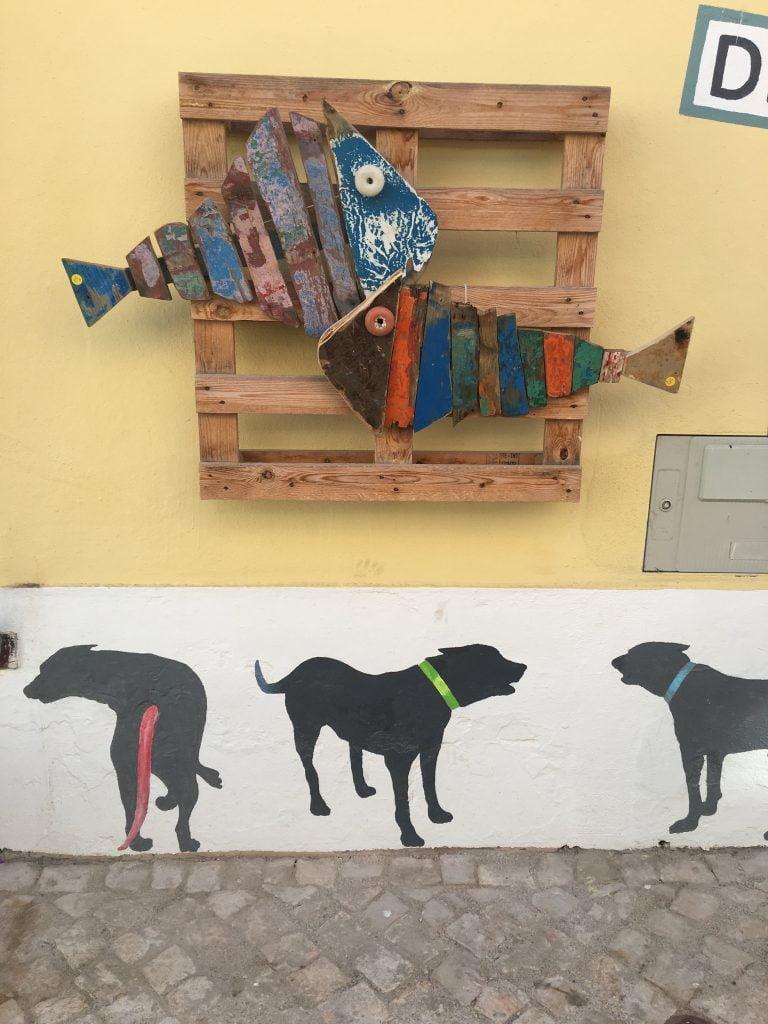 Passeggiare per Ferragudo è come tornare indietro nel tempo. Si vive in maniera lenta, e tutto è calma e tranquillità.