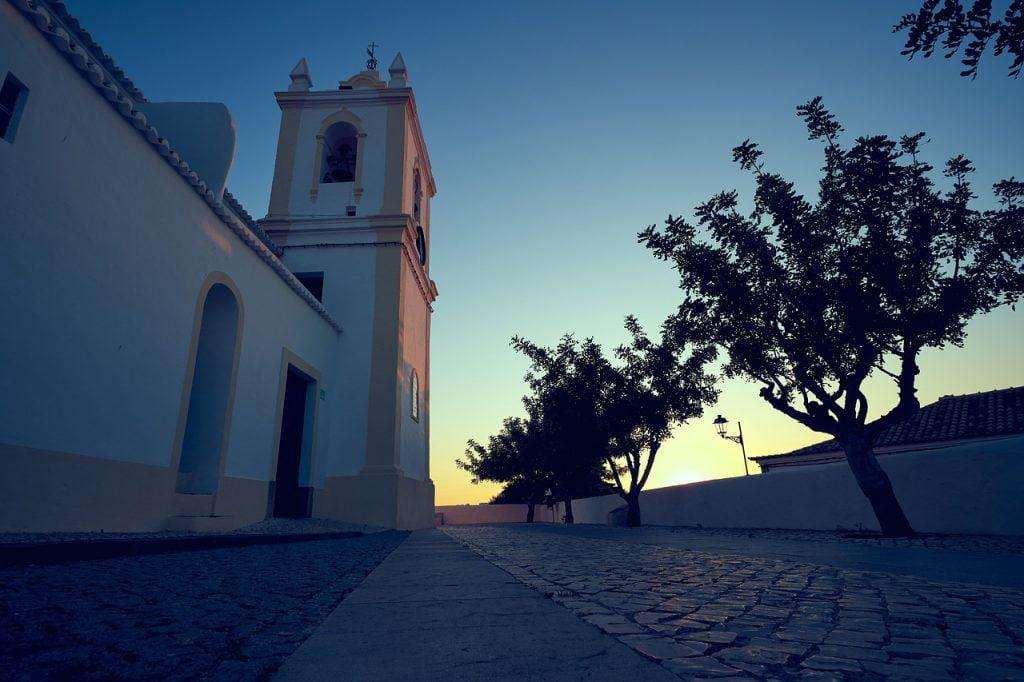 Scalinando sui sentieri che portano alla collina di Ferragudo, Si arriva ad un punto panoramico davvero pazzesco. Qui c'è una chiesa in cui molti stranieri vengono a sposarsi, data la sua meravigliosa posizione.