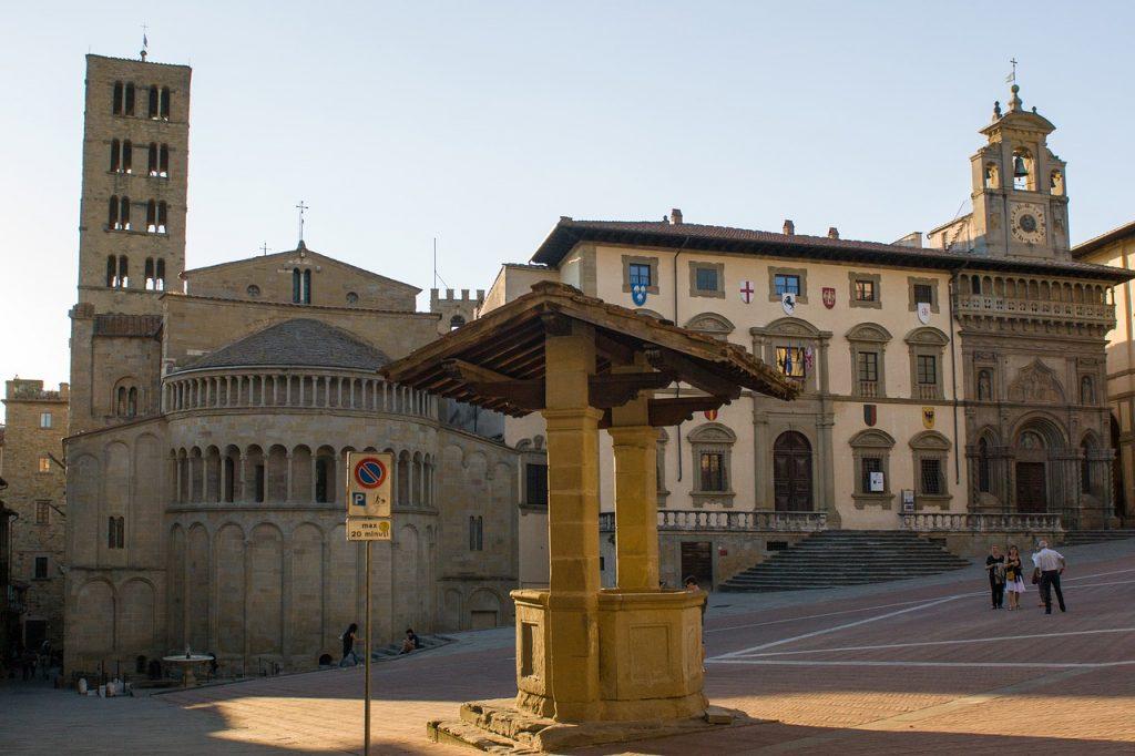 Piazza Grande è il cuore pulsante di Arezzo, luogo di ritrovo dei cittadini e tappa preferita dai viaggiatori.