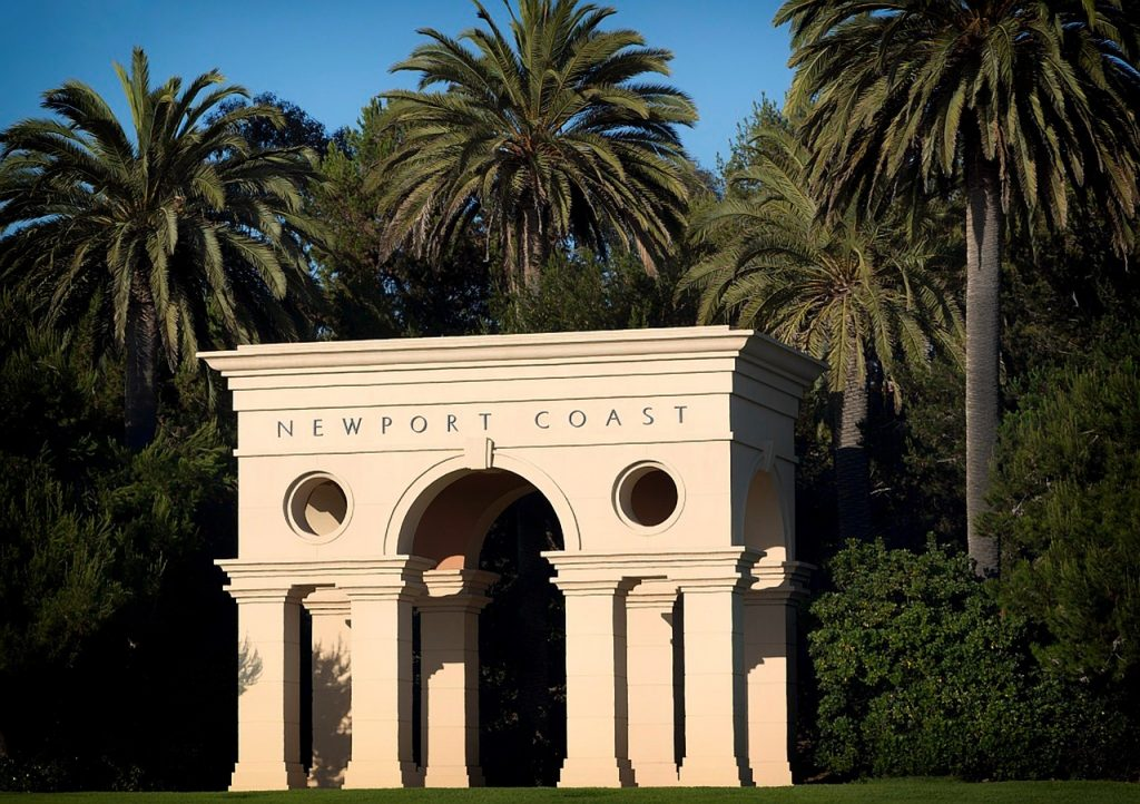 Newport Beach è un luogo davvero sorprendente, in cui Si mescolano diversi stili, soprattutto architettonici. Se da un lato le moderne ville la fanno da padrone, dall'altro ti incanterai dinanzi ai cottage storici, dallo stile coloniale.