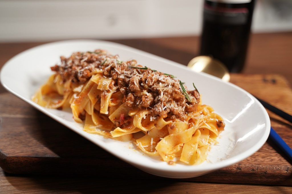 Un piatto della tradizione toscana assolutamente da assaggiare durante un tour gastronomico nella regione: le pappardelle al ragù di cinghiale! Ma assicuratevi che sia tutto di produzione propria!