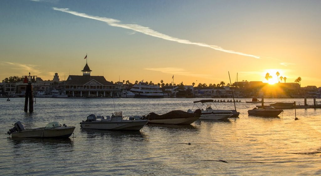 Newport Beach è il fiore all'occhiello di Orange County. Una cittadina lussuosa ma altrettanto accogliente, in cui passeggiare in modalità lenta, godendo del paesaggio circostante.