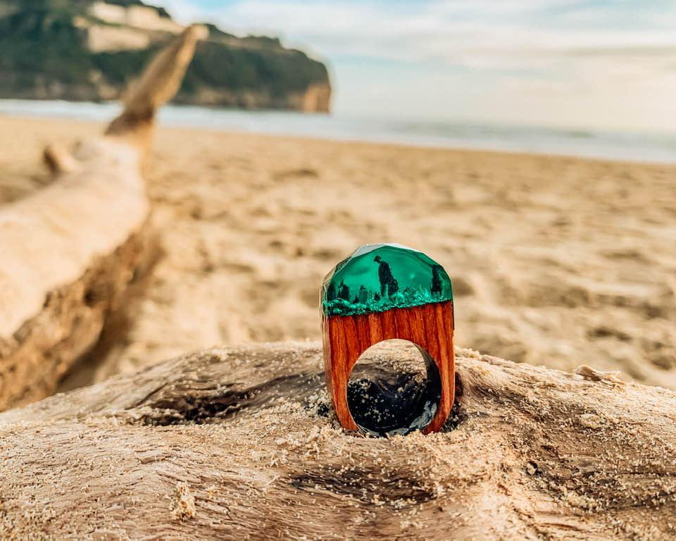Dall'amore per la natura e dalla passione per i viaggi nasce Roots. La linea di gioielli in legno di TraveLove.