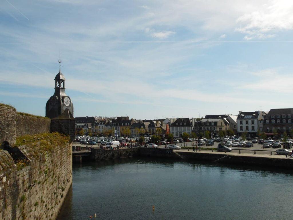La baia di Concarneau è una delle più belle della Francia, tanto da essere presa d'assalto dai turisti nella stagione estiva, anche e soprattutto per le sue spiagge riparate dal vento e dalle onde.