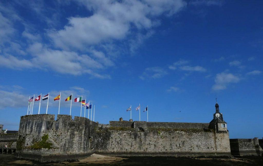 """Concarneau è anche chiamata Ville Close, che significa letteralmente """"Città chiusa da cinta muraria"""". Infatti è adagiata su un isolotto che sporge sull'oceano, e ad essa si accede tramite ponti collegati alla terraferma."""