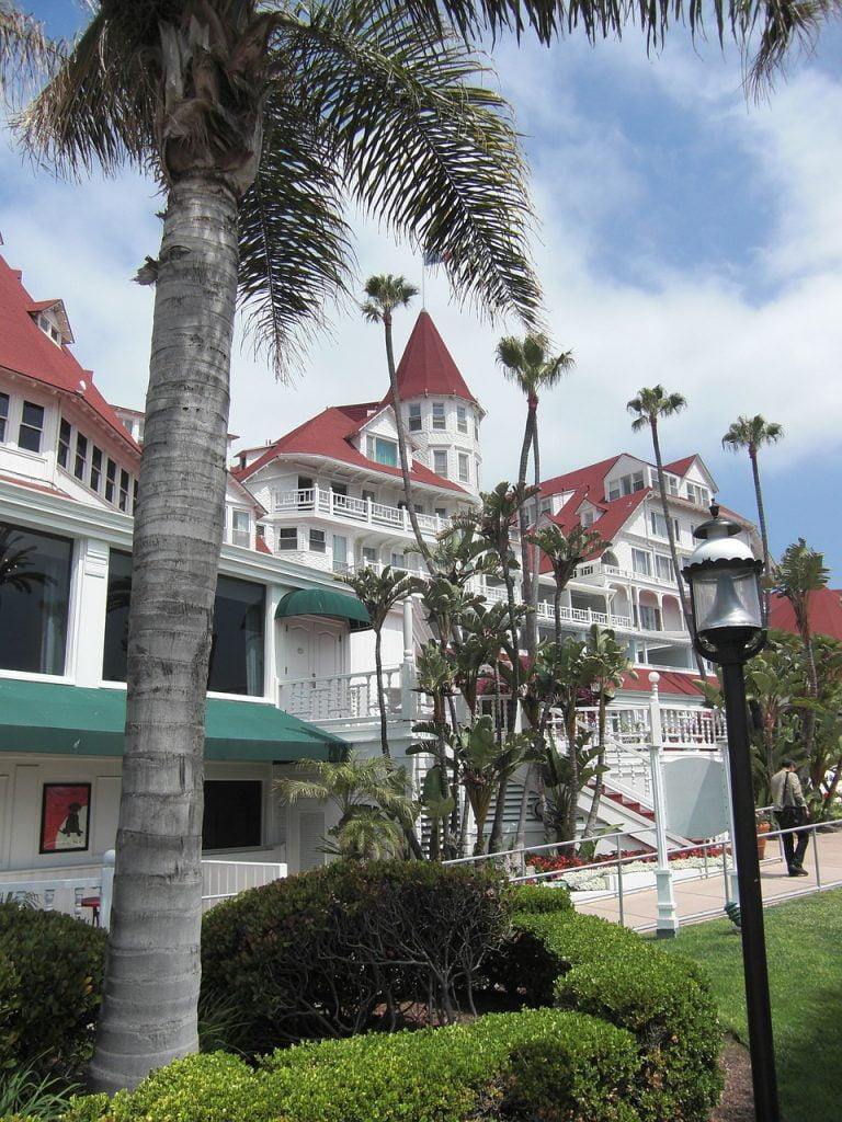 Le bellissime stanze dell'Hotel del Coronado hanno vista sull'oceano e accesso alla spiaggia, per una vacanza all'insegna del relax totale.