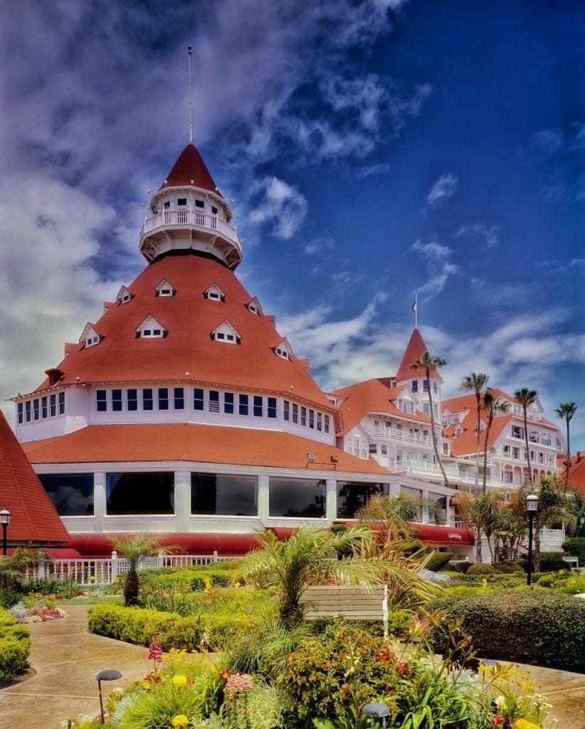 Dalla spiaggia si possono ammirare le torri in cui sono ospitate le suite, molto particolari per il tetto rosso e quell'inconfondibile stile vittoriano che ha reso l'Hotel Del Coronado uno dei resort più famosi del mondo.