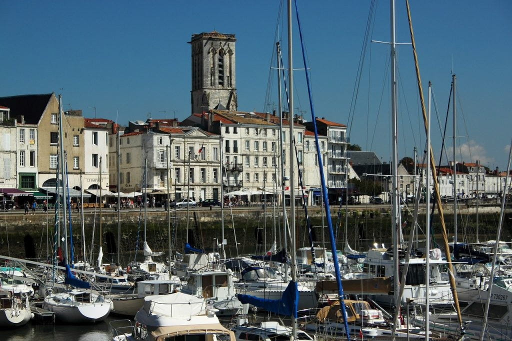 Cuore pulsante di La Rochelle è òa zona del porto vecchio, dove protagoniste sono le antiche torri a guardia della costa.