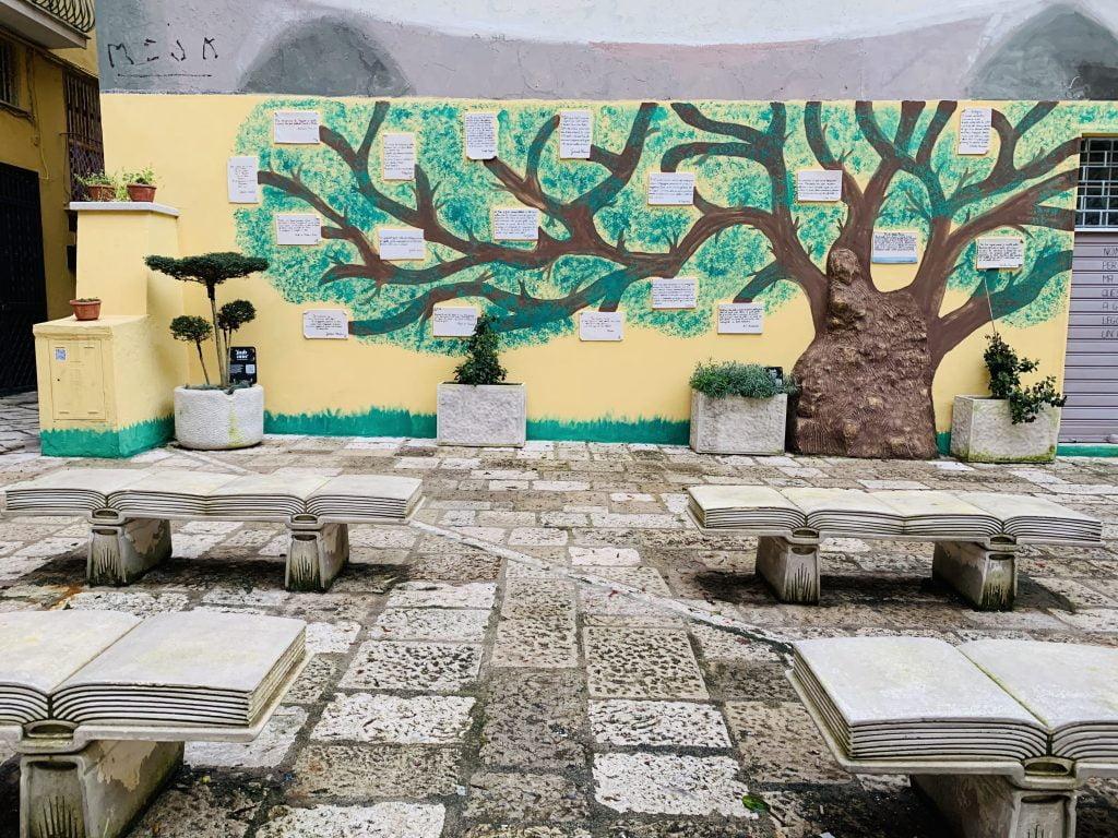 Sulla Parete della Poesia, in Piazza Goliarda sapienza a Gaeta, è possibile leggere brevi testi appartenenti a scrittori locali, italiani e internazionali, in cui viene citata la città di Gaeta.
