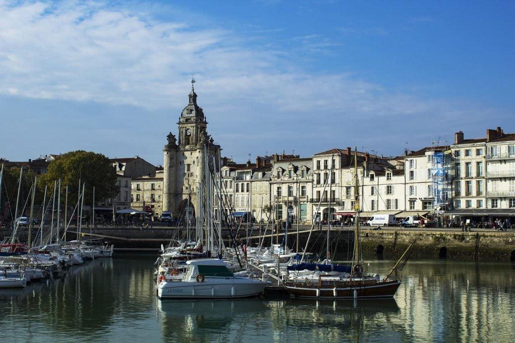 La Rochelle è una città accogliente e molto attiva. E' piacevole sostare in uno dei tanti ristoranti o bar che danno sull'ocenao, nella zona del porto vecchio. Ma altrettanto bello è passeggiare nel centro storico, tra negozietti tipici e monumenti di grande valore storico.