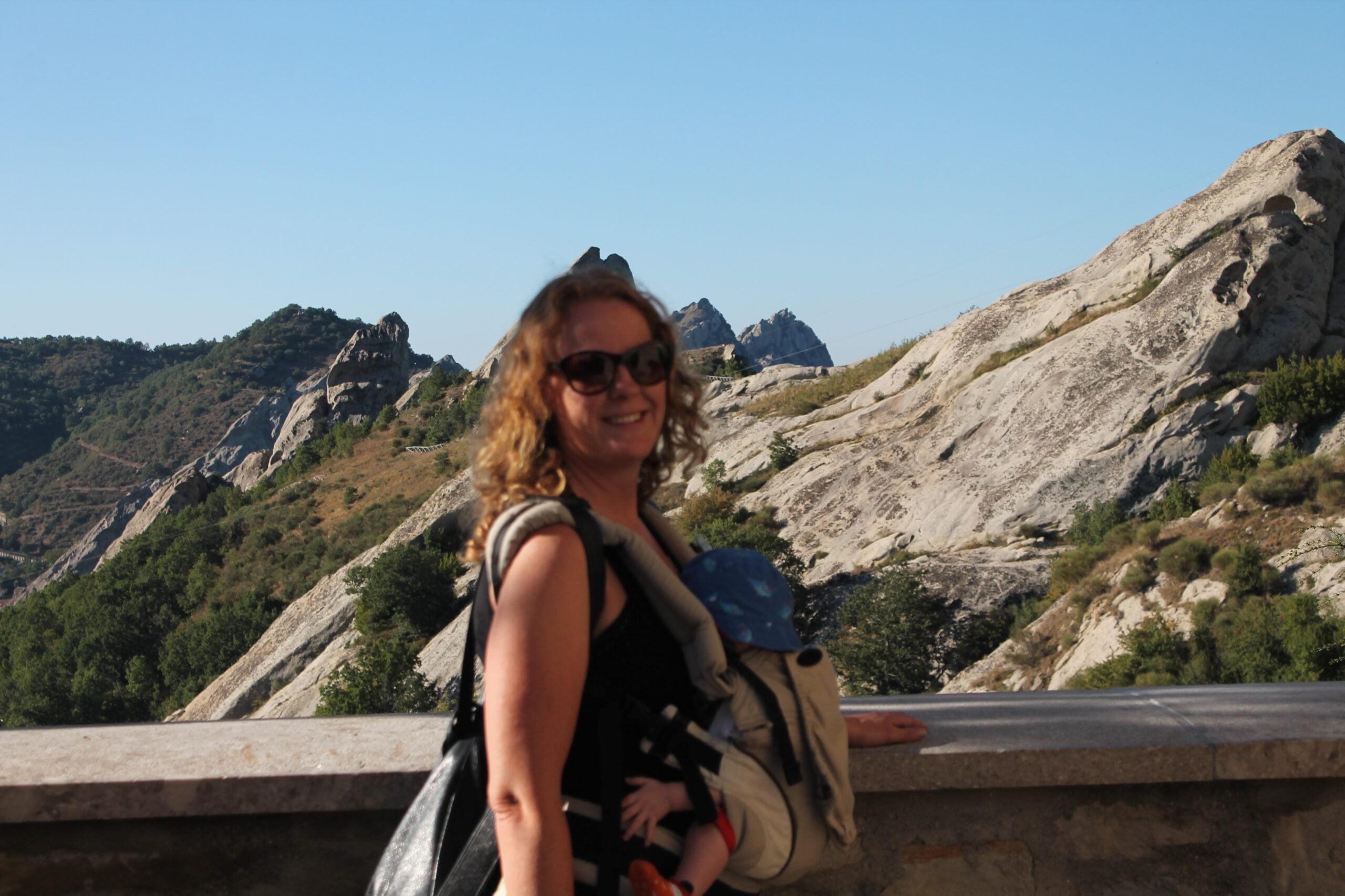 """Organizzare un road trip con i bambini è più semplice di quanto Si pensi. L'esperienza di Anna:""""Indispensabile per il nostro viaggio anche il marsupio porta bebè, super comodo per visitare gli scavi archeologici, i centri storici e per l'escursione di trekking che avevamo in programma."""""""