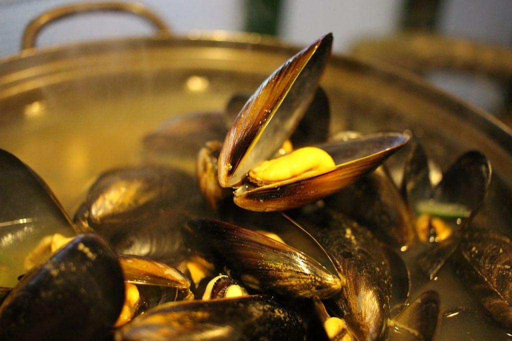 Le moules marinieres sono tra le cose da assaggiare assolutamente in Bretagna. Prodotto tipico della costa francese, le cozze vengono preparate in tutti i modi possibili.