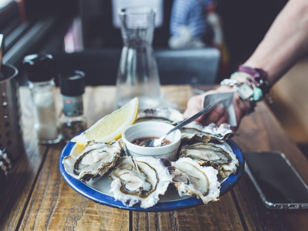 Le ostriche della costa bretone hanno un gusto deciso, e un profumo meraviglioso. vengono allevate nella baia di Saint Malò, precisamente a Cancale, piccolo borgo marinaro.