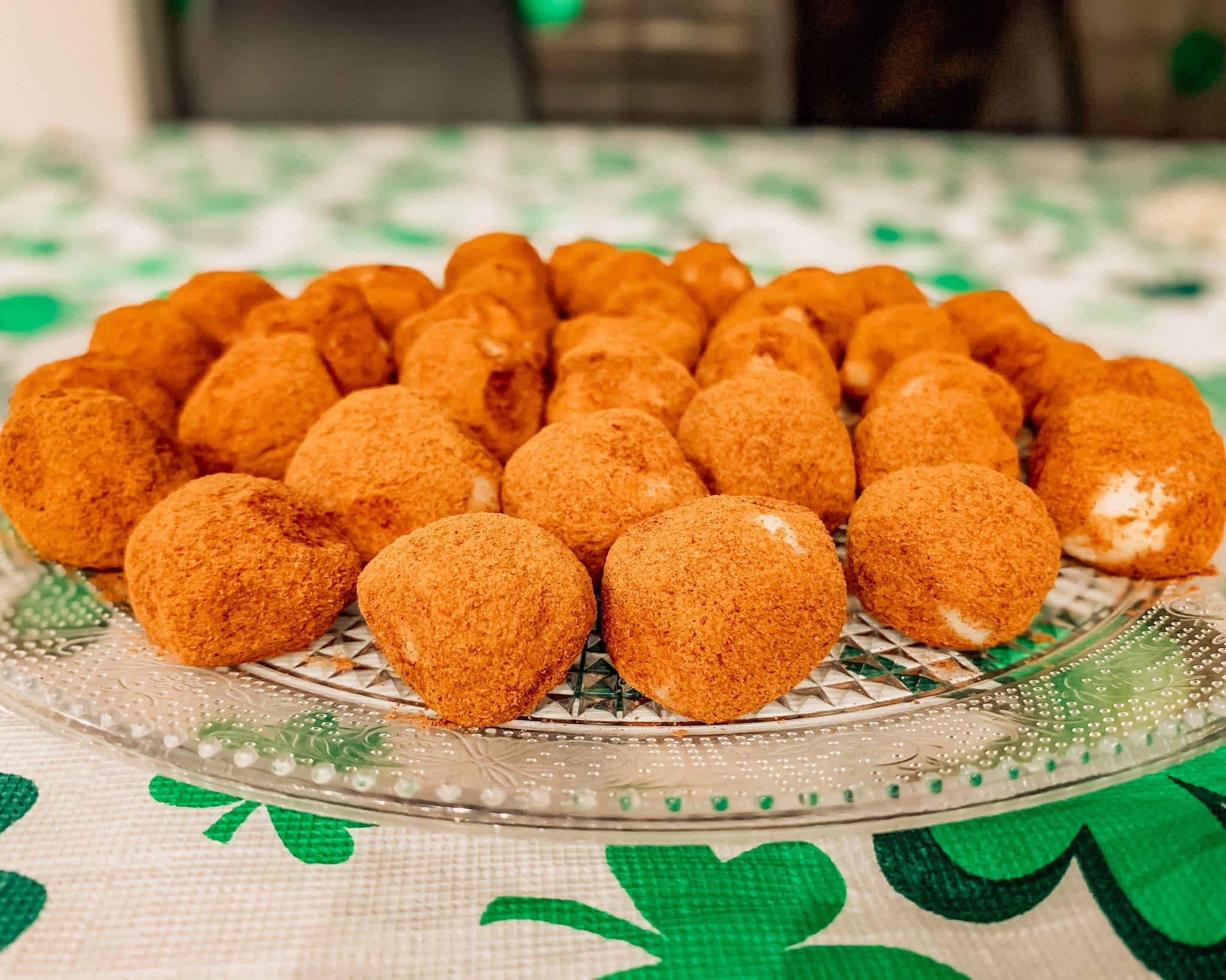 Gli irish potatoes sono deliziosi bocconcini di Philadelphia amalgamato con zucchero a velo e farina di cocco. Vengono poi rotolati nella polvere di cannella. Sono una vera bontà.