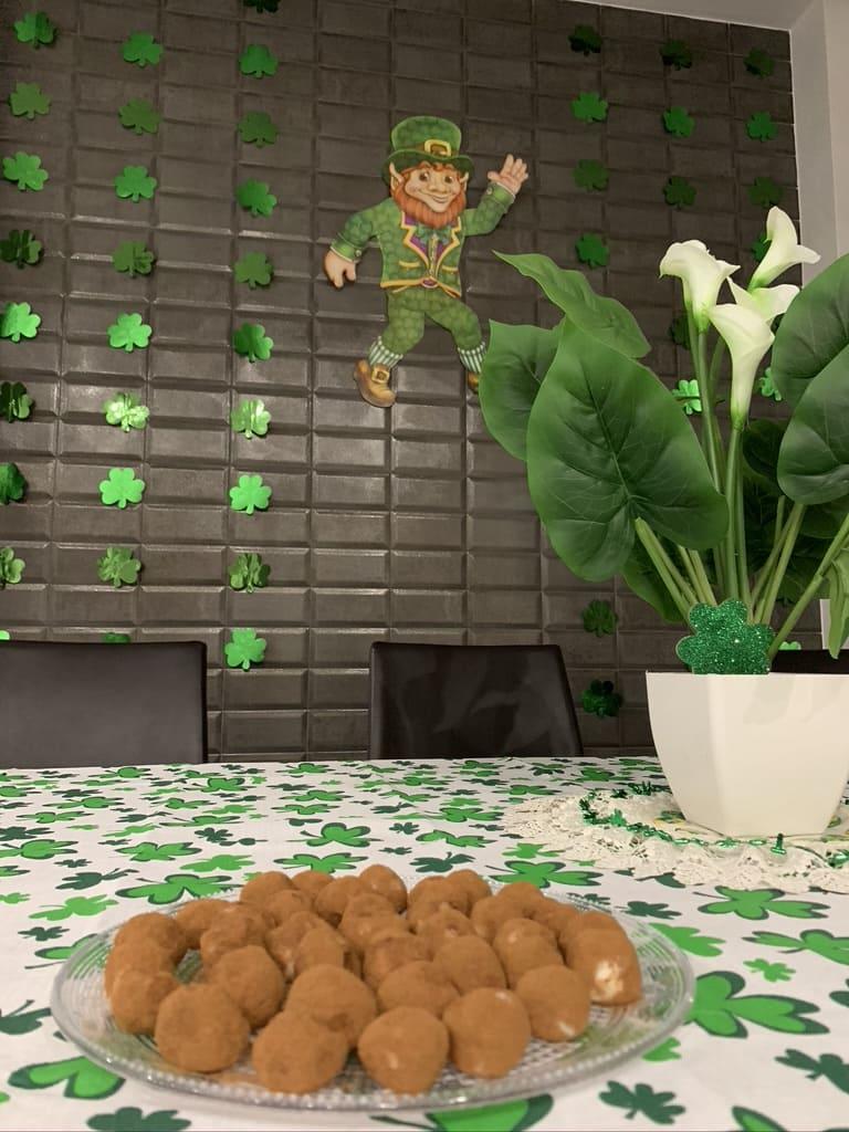 Durante i festeggiamenti per San patrizio è uso decorare anche casa, con oggetti di colore verde e trifogli.