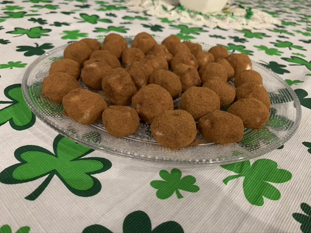 Puoi preparare le Irish potatoes candy insieme ai bambini, non solo per festeggiare San Patrizio, ma anche per la merenda di tutti i giorni. Si conservano benissimo in frigo.