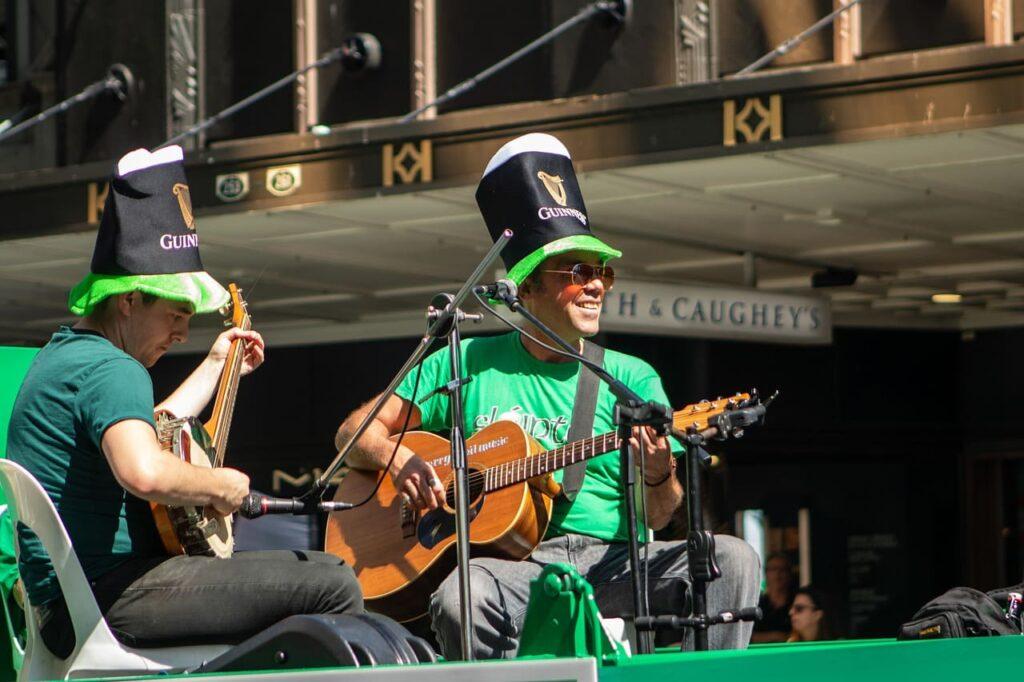 Durante i festeggiamenti di San Patrizio, oltre alla dominanza del verde, è possibile lasciarsi coinvolgere dai ritmi celtici della musica folkloristica. Molte band si esibiscono nelle piazze e nelle strade, trascinando tutti in un vortice di allegria.