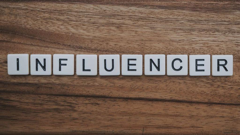 Sia un blogger che un influencer devono ispirare la tua fiducia. Come? Valuta la loro influenza sia sui social che su Google, e fatti presentare un Social Media Kit, con le metriche dei loro canali social.