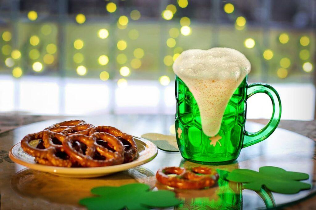 La birra verde si ottiene inserendo tra gli ingredienti il Blu curaçao, un liquore azzurro che, mescolato al giallo della birra, produce l'effetto smeraldo. Ma attenzione, perché a volte sono semplici sciroppi o coloranti alimentari a far comparire questo colore.