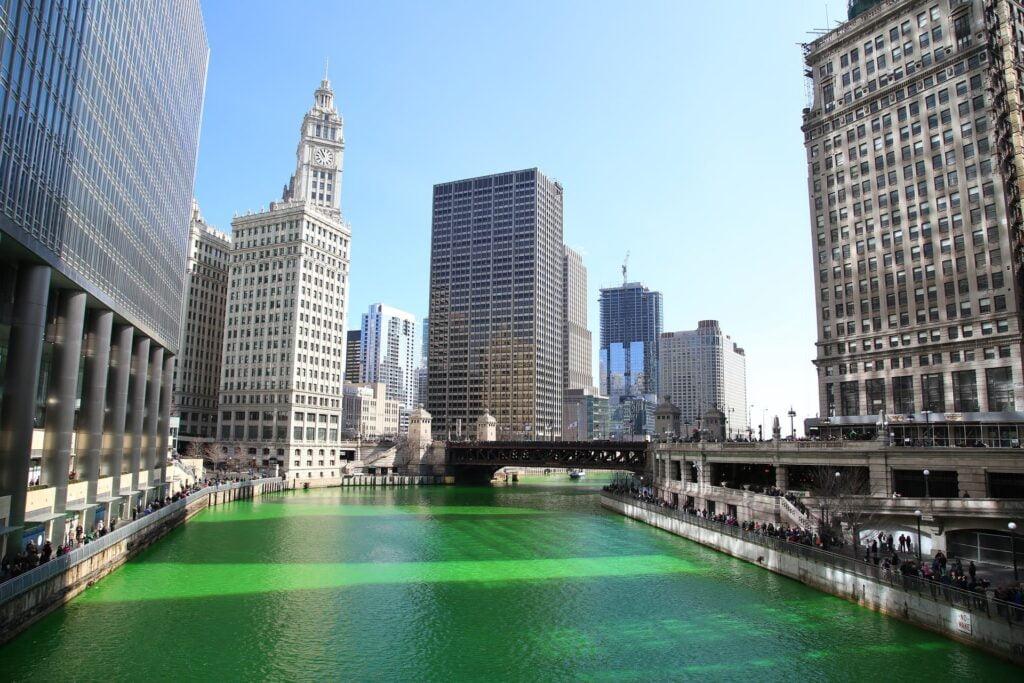 Ogni anno, durante i festeggiamenti del giorno di San Patrizio, le acque delfiume Chicago, che scorre nell'omonima città, vengono tinte di verde.
