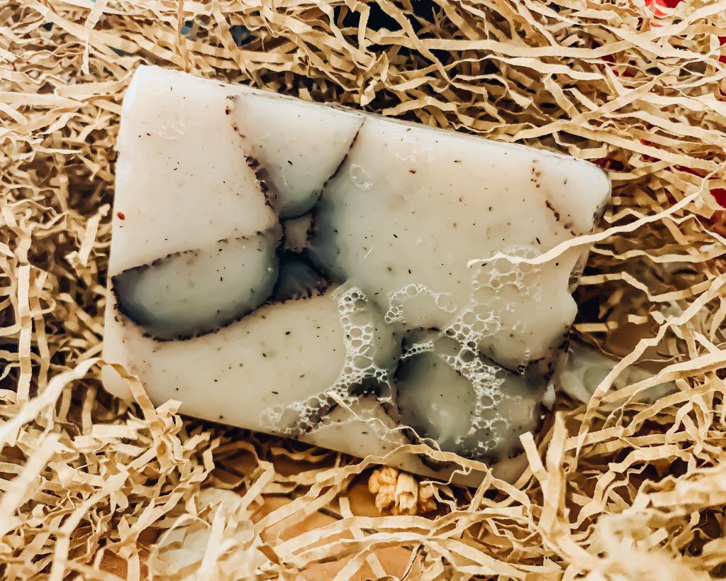 Lo scrub solido di SensoNaturale è un prodotto jolly, da tenere sempre a portata di mano. La sua morbida schiuma avvolge la pelle esfoliandola delicatamente, e lasciandola liscia e profumatissima.