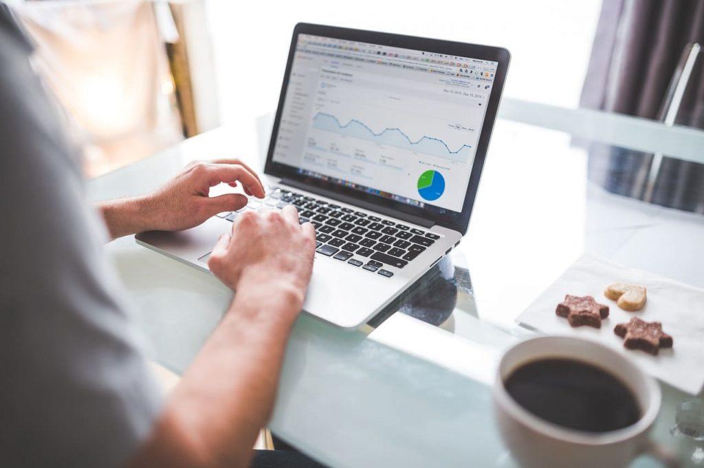 Un blog post ha vita più lunga rispetto ad un contenuto social, perchè un articolo ben scritto in ottica SEO rimane sui motori di ricerca per anni, e quindi è sempre consultabile.