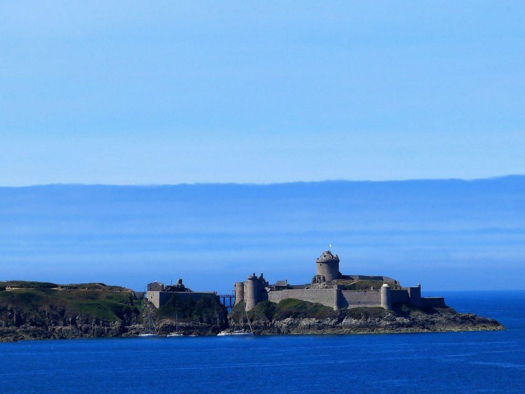 La baia di Cap Frehel è dominata da Fort La Latte, un castello medievale edificato in difesa delle scorrerie normanne.