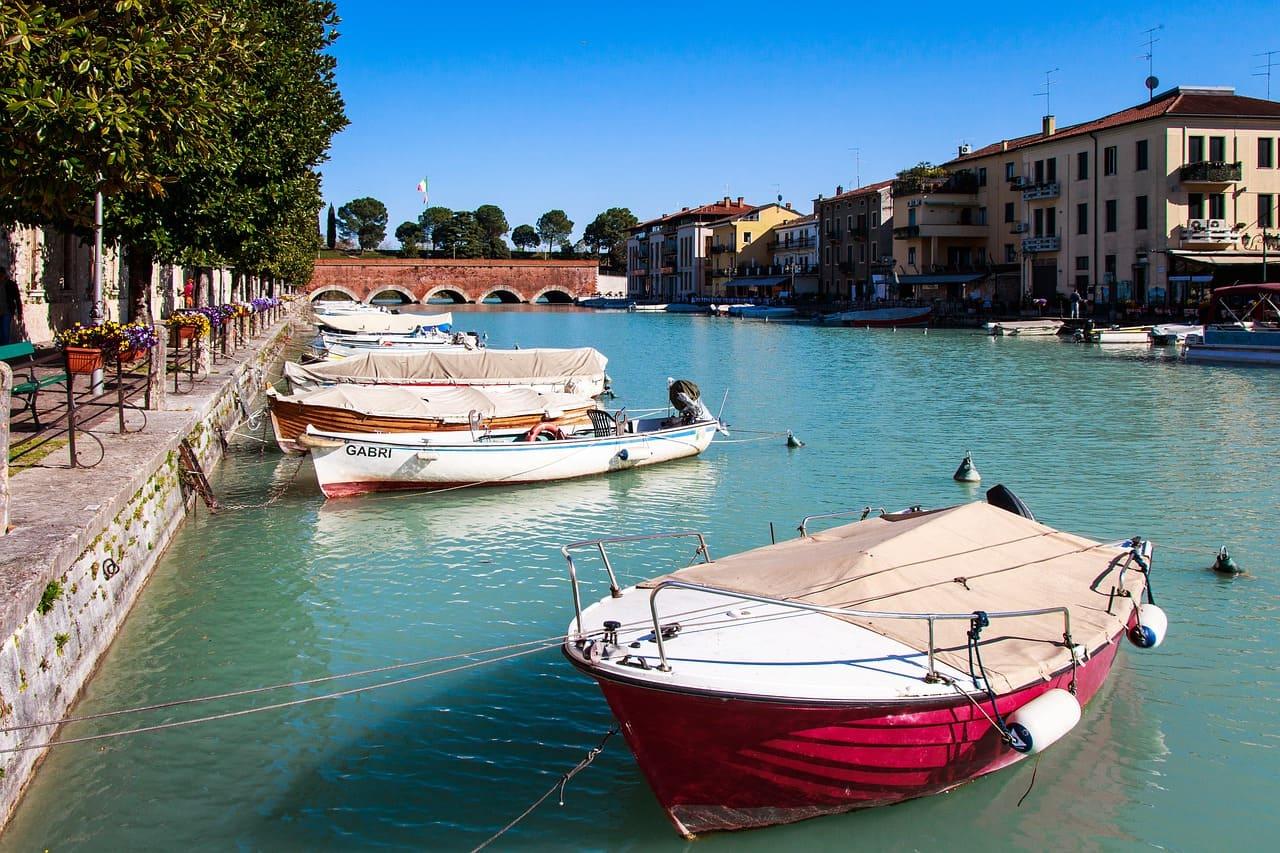 Peschiera del Garda è un romantico borgo che Si affaccia sul lato orientale del lago. Bellissimo da visitare anche con i bambini, perchè offre diverse attività da fare nei dintorni.
