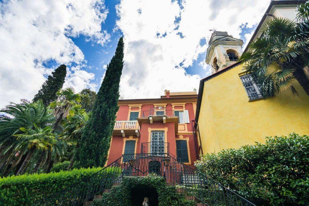"""Passeggiare per Portofino vuol dire anche incantarsi dinanzi ai maestosi palazzi d'epoca e aille colorate casette che abbracciano la """"piazzetta""""."""