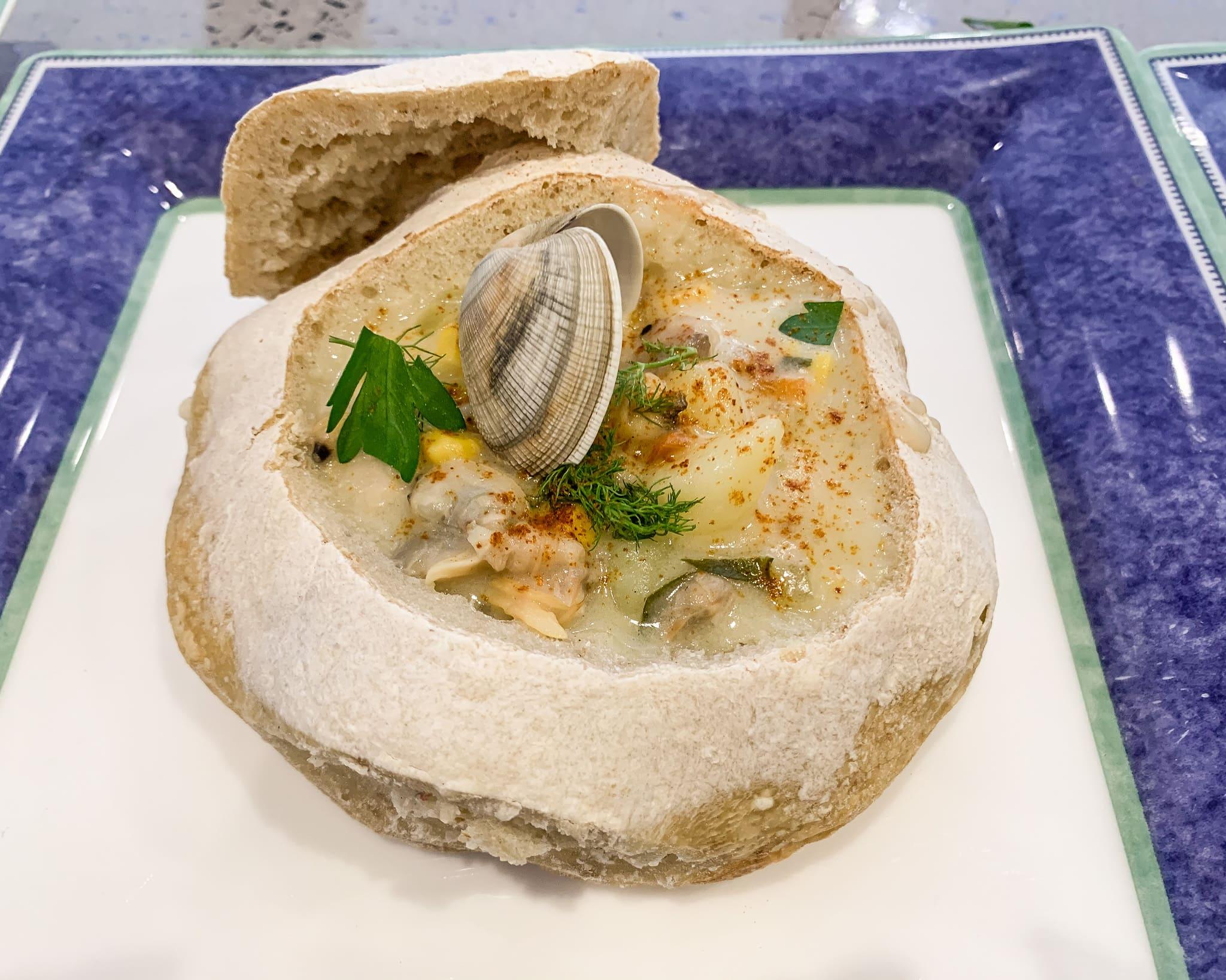 La clam chowder è una zuppa di vongole originaria del New England, da assaggiare assolutamente durante un road trip in America.
