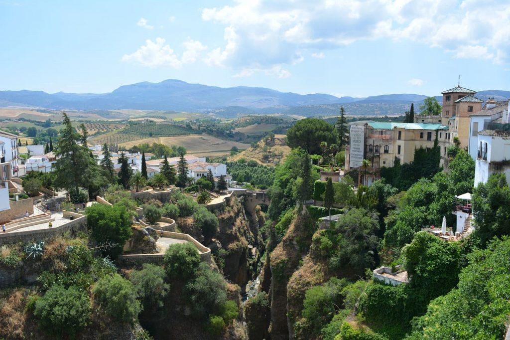 I paesaggi dell'Andalusia riescono a travolgere il visitatore con la loro natura selvaggia, che Si alterna elegantemente ai centri urbani fortemente influenzati dallo stile moresco.