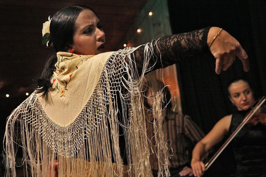 L'Andalusia è la terra del flamenco. Troverai molti locali in cui vedere spettacolo di artisti e di ballerini, ma spesso le esibizioni vengono proposte soprattutto in strada e nelle piazze.
