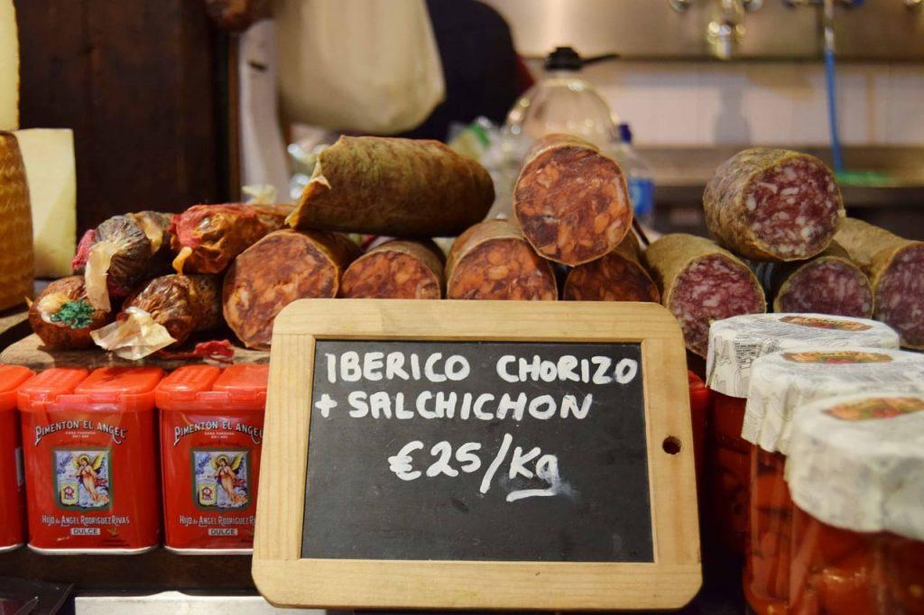 Il chorizo è un salame speziato che so trova in tutta la Spagna, ma pare che sia nato proprio in Andalusia, dopo la scoperta dell'America, grazie all'arrivo nella nazione della paprika.