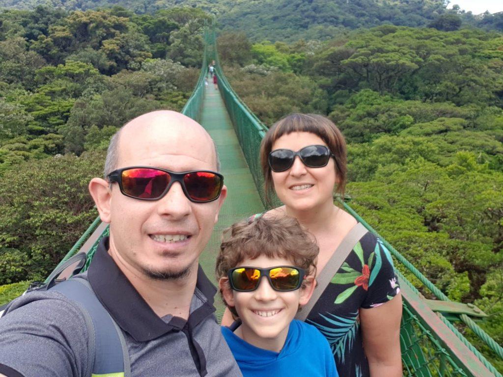 Sono tantissime le attività da fare con i bambini durante un viaggio on the road in Costa Rica. Daniela, assieme alla sua famiglia, ha provato l'adrenalinica passeggiata su un ponte tibetano!