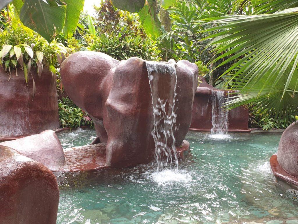 Un bagno alle terme è una delle cose da fare assolutamente durante un viaggio on the road in Costa Rica, Ci sono molti impianti termali infatti, dove poter ricaricare le batterie e concedersi un pomeriggio di relax.